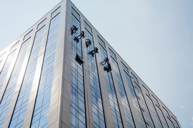 איך מנקים חלון בגובה רב